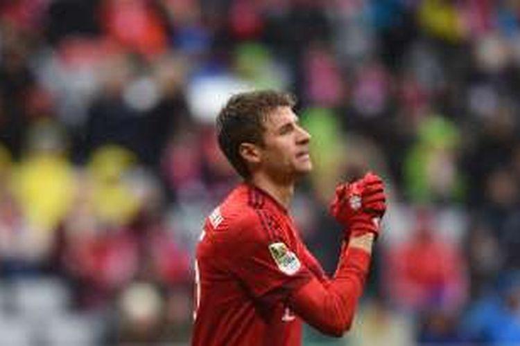 Reaksi striker Bayern Muenchen, Thomas Mueller, saat bermain melawan SV Darmstadt 98 pada lanjutan Bundesliga di Allianz Arena, Sabtu (20/2/2016).