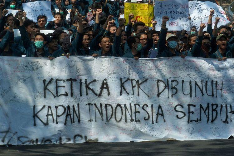 Mahasiswa dari Universitas Diponegoro (Undip) berjalan kaki sambil membawa membentangkan poster dan spanduk saat berunjuk rasa menolak UU KPK hasil revisi dan RUU KUHP, di Semarang, Jawa Tengah, Selasa (24/9/2019). Unjuk rasa yang diikuti ribuan mahasiswa itu menuntut dilakukannya peninjauan kembali atas UU KPK hasil revisi ke Mahkamah Konstitusi, dukungan terhadap KPK, dan menolak rencana pengesahan RUU KUHP. ANTARA FOTO/R. Rekotomo/aww.
