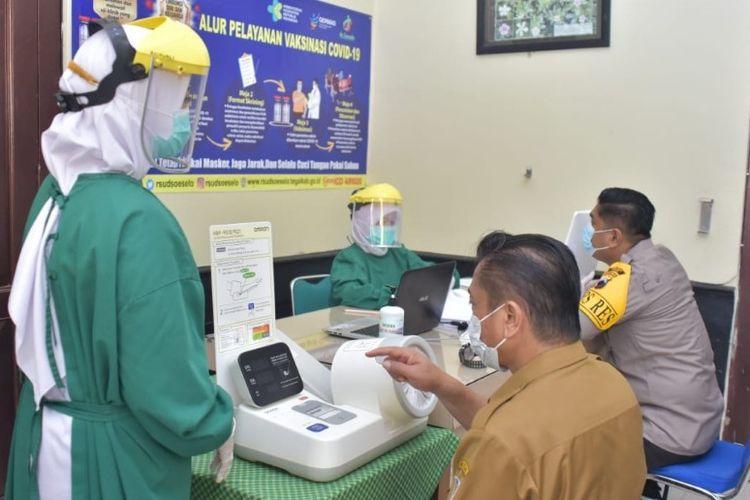 Pelaksanaan vaksinasi tahap pertama di Kabupaten Tegal dimulai dengan pejabat publik yang disuntik vaksin, Senin (25/1/2021) (Istimewa)