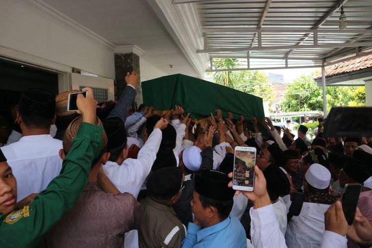 Suasana saat kedatangan jenazah Gus Sholah di Ndalem Kasepuhan pesantren Tebuireng Jombang, Senin (3/2/2020).