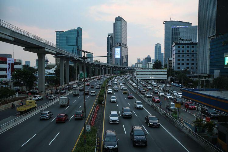 Lalu lintas kendaraan di Tol Dalam Kota Jakarta tampak padat pada jam pulang kerja di hari ketiga pemberlakuan pembatasan sosial berskala besar (PSBB) tahap dua, Rabu (16/9/2020). Pembatasan kendaraan bermotor melalui skema ganjil genap di berbagai ruas Ibu Kota resmi dicabut selama PSBB tahap dua.