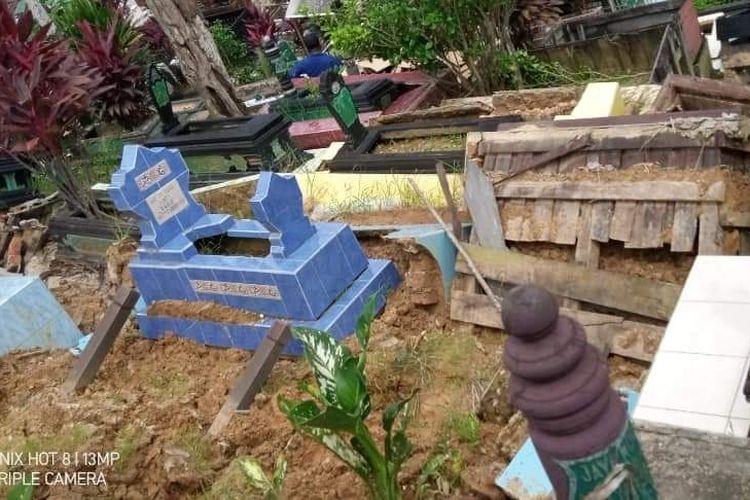 Sejumlah makam di TPU Damanhuri, Samarinda hancur berantakan karena longsor, Minggu (17/1/2021).
