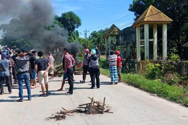 Warga Kabupaten Gowa, Sulawesi Selatan memblokade lantaran menolak wilayahnya dijadikan lahan pemakaman pasien covid-19. Kamis, (2/4/2020).