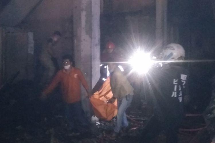 Petugas Damkar mengevakuasi jenazah dari lantai II usai api berhasil dipadamkan pada peristiwa kebakaran rumah di Jalan Penyabungan, Kelurahan Timbang Galung, Kecamatan Siantar Barat, Kota Pematangsiantar, Minggu (27/9/2020) dini hari.