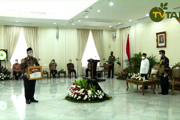 Pemprov Jateng Jawa Tengah (Jateng) berhasil meraih penghargaan Abdi Bakti Tani Tahun 2021 untuk Kategori Provinsi dengan Nilai Ekspor Komoditas Pertanian Tertinggi tahun 2019-2020 dalam acara Penganugerahan Penghargaan Bidang Pertanian Tahun 2021 di Istana Wapres Jakarta, Senin (13/9/2021).