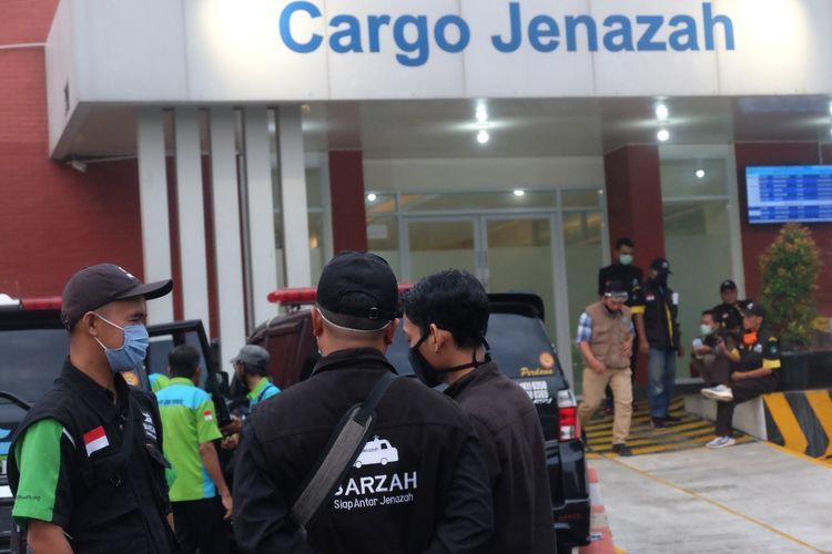 Tim Badan Pemulasaran Jenazah (Barzah) Dompet Dhuafa bersiap untuk proses pemulangan jenazah buruh migran dari Cargo Jenazah Bandara Soekarno Hatta Jakarta menuju kampung halaman atau rumah duka masing-masing di Madura, Jawa Timur.
