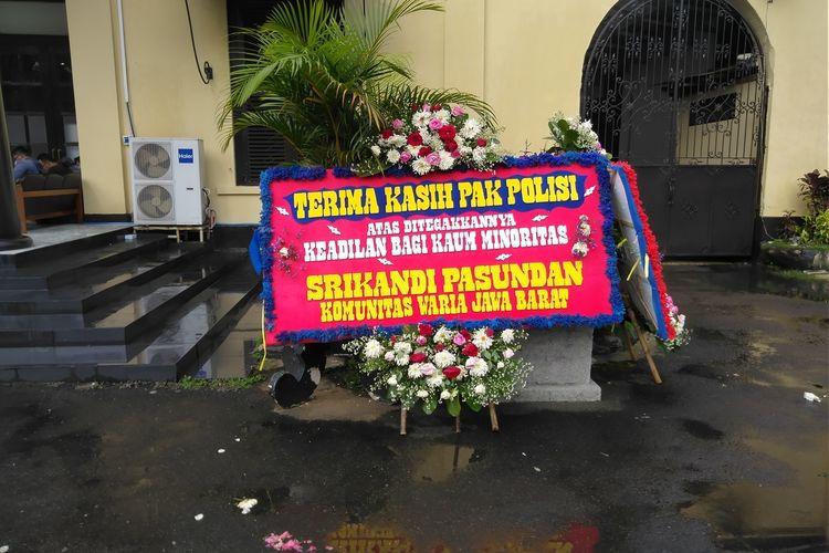 karangan bunga bertenger di beranda Mapolrestabes Bandung. ucapan terimakasih tersebut dihaturkan para transpuan atas kinerja kepolisian yang berhasil menangkap pelaku.