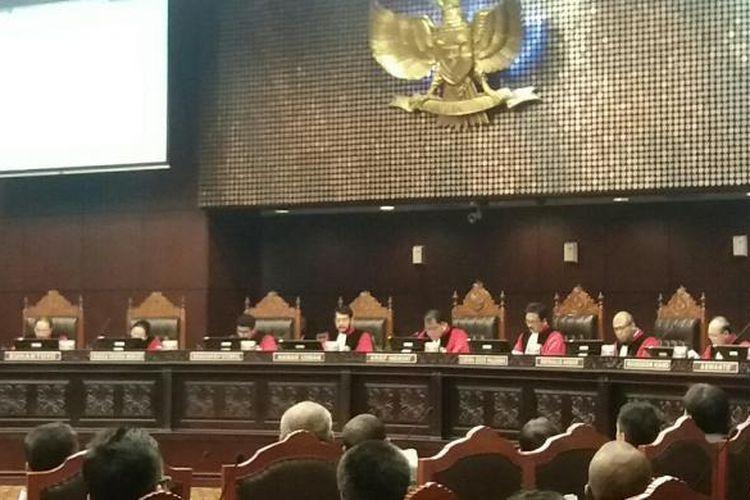 Majelis Hakim Konstitusi di Gedung Mahkamah Konstitusi, Senin (18/1/2016)