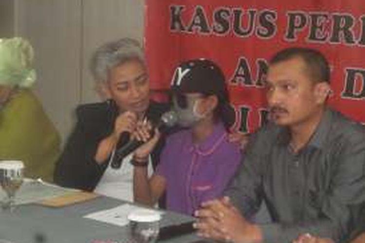 Seorang remaja perempuan yang menjadi korban pencabulan yang diduga dilakukan pengusaha bernama Sony Sandra alias Koko (60) di Kediri, Jawa Timur, dihadirkan dalam konferensi pers di Cikini, Jakarta Pusat, Senin (16/5/2016). Sebanyak 50 orang lebih dikatakan telah menjadi korban pencabulan Sony. Lima dari kasus pencabulan itu kini sedang diproses di pengadilan.