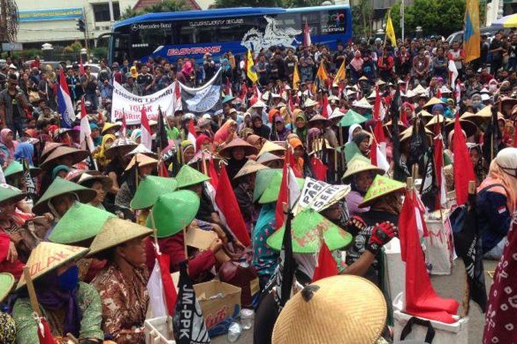 Aksi massa mendesak Gubernur Jateng mencabut izin lingkungan pabrik semen, Jumat (9/12/2016)