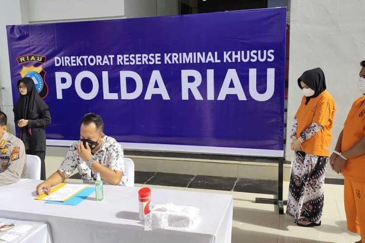 Kabid Humas Polda Riau Kombes Pol Sunarto saat menggelar konferensi pers pengungkapan kasus pencurian uang tabungan nasabah yang dilakukan sepasang mantan teller Bank Riau-Kepri Cabang Rohul, Riau, Selasa (30/3/2021).