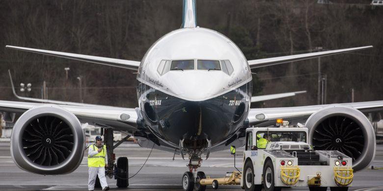 Pesawat generasi terbaru Boeing 737 MAX 8 mendarat di Boeing Field seusai menyelesaikan terbang pertamanya di Seattle Washington, Amerika Serikat, 29 Januari 2016. Pesawat ini merupakan seri terbaru dan populer dengan fitur mesin hemat bahan bakar dan desain sayap yang diperbaharui.