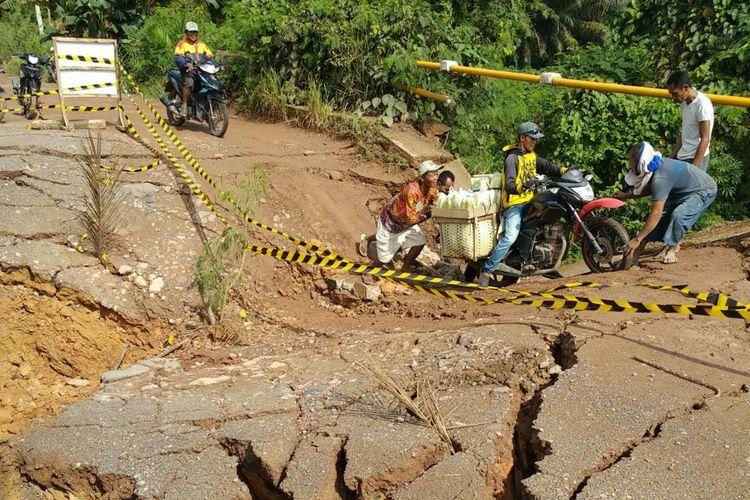 Jembatan di poros jalan nasional Rawajitu Kabupaten Tulangbawang amblas. Foto dari warga setempat