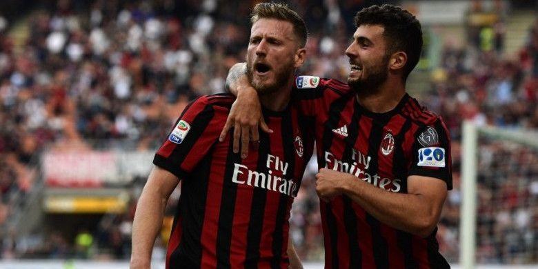 Pemain AC Milan, Ignazio Abate (kiri) dan Patrick Cutrone (kanan) merayakan gol yang dia ciptakan ke gawang Hellas Verona pada Sabtu (5/5/2018) di San Siro.