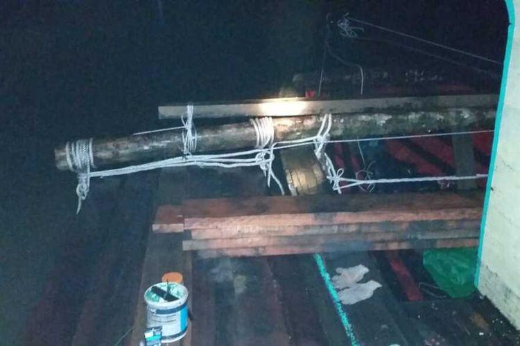 Sebanyak 400 batang kayu meranti ilegal bersama sebuah kapap diamankan aparat kepolisian Polda Kalbar di Sungai Landak, belum lama ini.