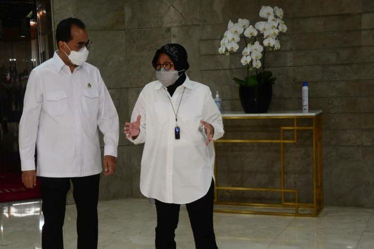 Menteri Perhubungan (Menhub) Budi Karya Sumadi bertemu Menteri Sosial (Mensos) Tri Rismaharini di kantor Kementerian Sosial (Kemensos)