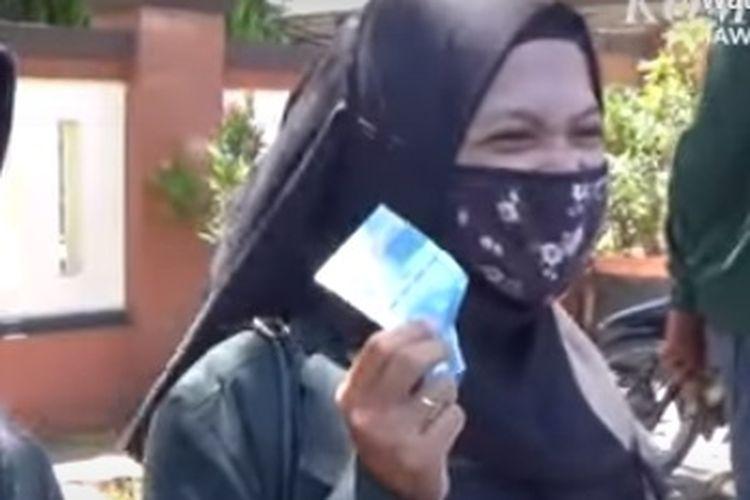 Petugas Satpol PP Kota Mojokerto memberikan uang tunai kepada warga yang mematuhi protokol kesehatan.