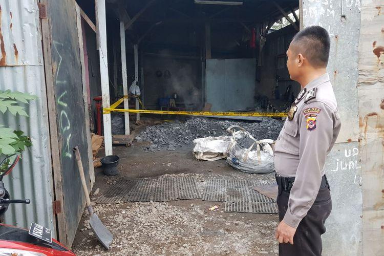 8 warga Dusun Mekarmukti, Desa Kutamekar, Kecamatan Ciampel, Kabupaten Karawang diduga keracunan akibat menghirup limbah batubara.
