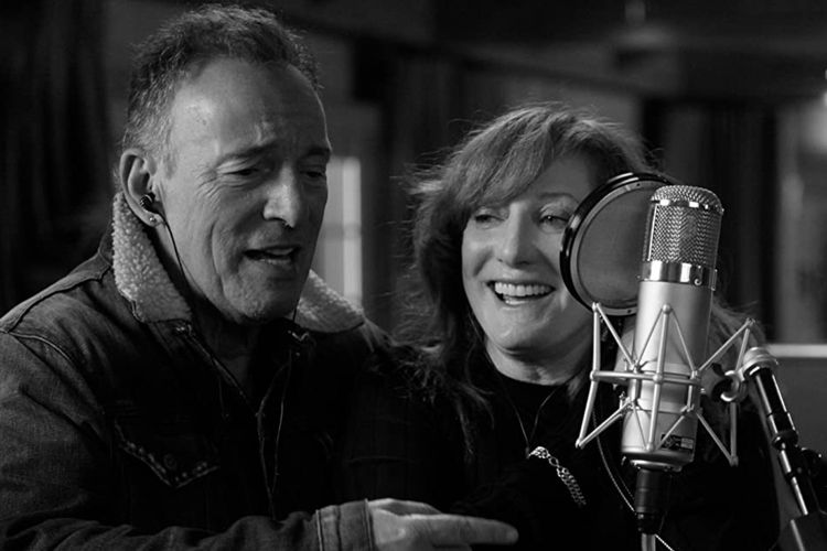 Bruce Springsteen dan Patti Scialfa dalam film dokumenter Letter to You (2020).