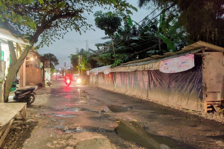 Jalan Setiabudi, Pondok Aren, Tangerang Selatan rusak dan berlubang akibat hujan deras bebarapa waktu terakhir.