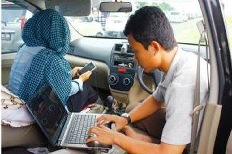 Aris, Pemudik asal Purwodadi, sedang sibuk mengerjakan tugas laporan akhir dan awal bulan yang harus segera dikirimkan ke kantornya. Ia bersama kerluarganya terjebak macet 10 KM di tengah Tol Palikanci hingga Senin (4/8/2014) pagi.