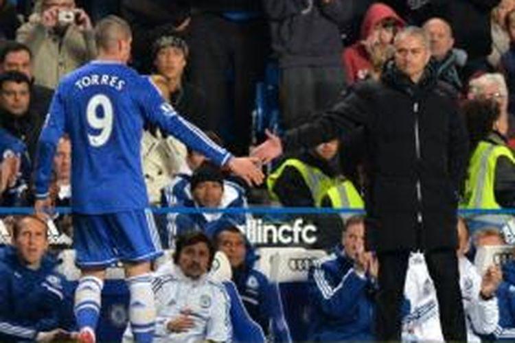 Striker Chelsea, Fernando Torres (kiri), dan Manajer Jose Mourinho (kanan).