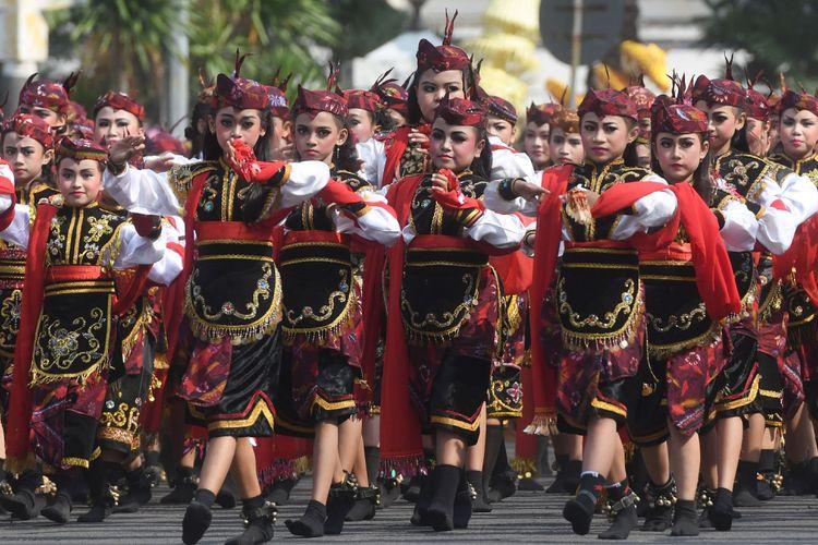 Sejumlah murid SD menarikan Tari Remo saat upacara hari jadi Kota Surabaya ke-725 di Taman Surya, Surabaya, Jawa Timur, Kamis (31/5/2018). Dalam upacara tersebut juga ditampilkan sejumlah hiburan dan Tari Remo kolosal dengan jumlah penari sebanyak 725 penari gabungan dari SD se-Surabaya.
