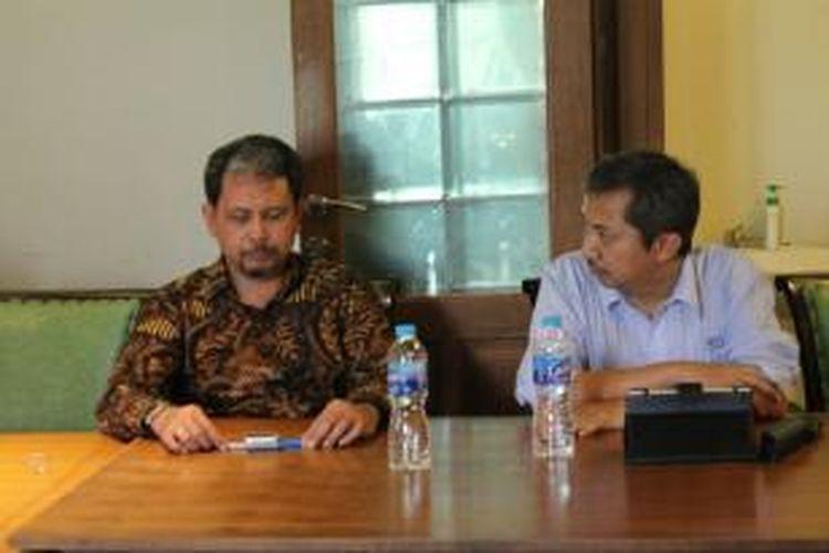Pimpinan PT Sucofindo, Sufrin Hannan (kiri) dan harris Witjaksono (kanan) memberikan penjelasan soal pentingnya SNI di Semarang, Senin (9/7/2014).