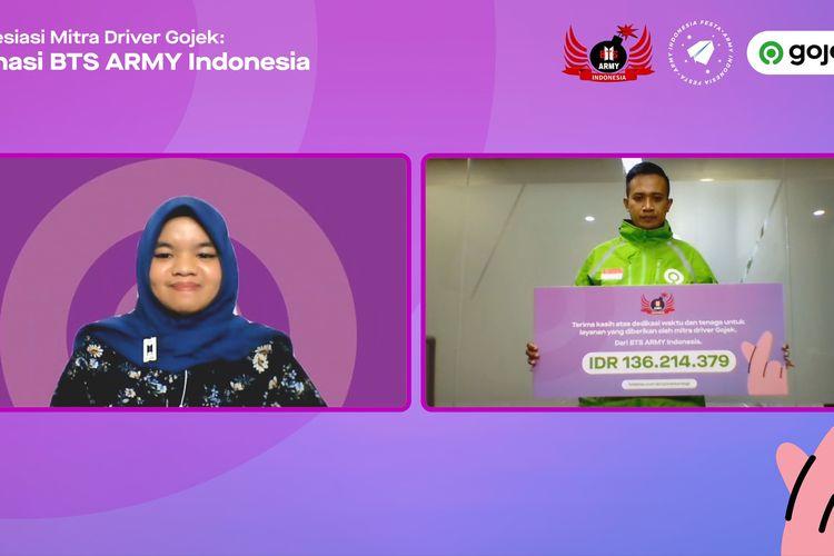 Mitra Driver Gojek, Agus Saepul menerima secara simbolis apresiasi dari perwakilan komunitas BTS ARMY Indonesia, Adzhani Adhari dalam konferensi pers Virtual Apresiasi Mitra Driver Gojek-Donasi BTS ARMY Indonesia, Kamis (24/06/2021).