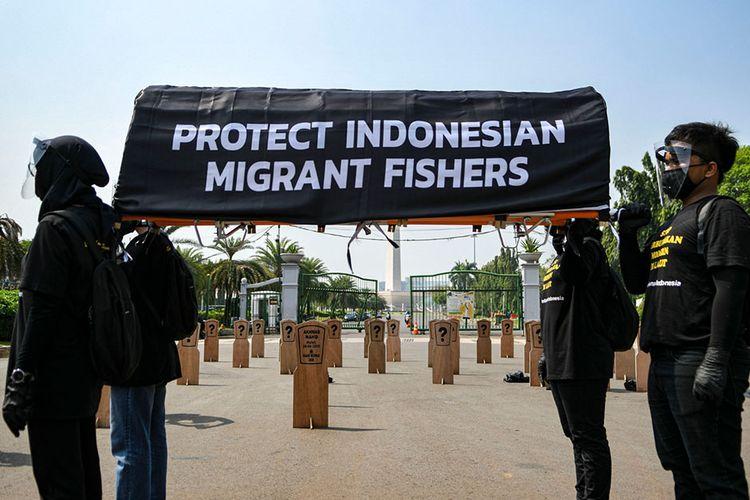 Aktivis buruh yang tergabung dalam Serikat Buruh Migran Indonesia (SBMI) dan Greenpeace Indonesia melakukan aksi damai di depan Istana Merdeka, Jakarta, Kamis (27/8/2020). Mereka menuntut Presiden Joko Widodo untuk segera mengesahkan Rancangan Peraturan Pemerintah tentang perlindungan anak buah kapal (ABK) asal Indonesia yang bekerja di kapal ikan berbendera asing.
