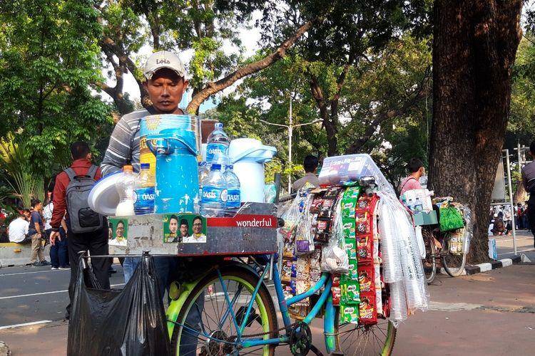 Indra pedagang kopi keliling yang berjualan di sekitar MK, Kamis (27/6/2019)