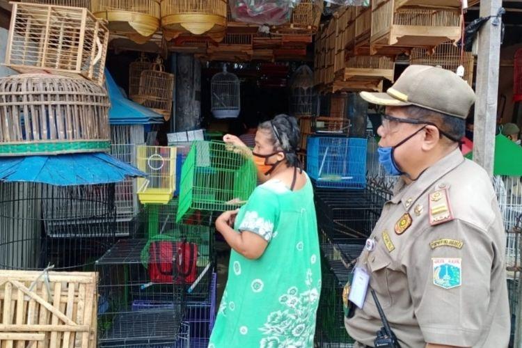 Penutupan paksa sejumlah toko di Pasar Burung, Matraman, Jakarta Timur yang masih buka di tengah PSBB, Kamis (30/4/2020).