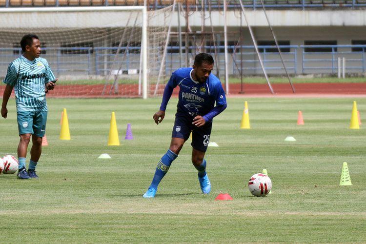 Zulham Zamrun dalam sesi latihan Persib di Stadion Gelora Bandung Lautan Api (GBLA), Selasa (4/2/2020).