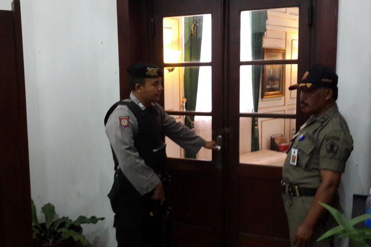 Ruang kerja Wali Kota Malang M Anton yang ada di lantai dua Balai Kota Malang dijaga polisi dan anggota Satpol PP Kota Malang saat digeledah penyidik KPK, Rabu (9/8/2017)