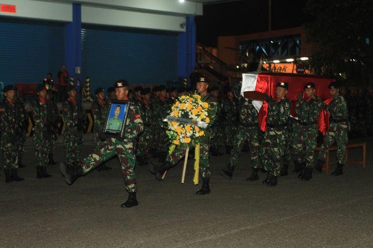 Penyambutan jenazah Sertu Anumerta Rikson Edi Chandra, korban kontak senjata di Deiyai, Papua saat tiba di Bandara Sultan Mahmud Badaruddin II Palembang, Kamis (29/8/2019).