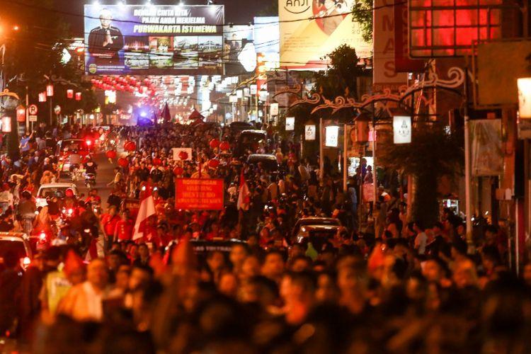 Masyarakat Purwakarta mengikuti karnaval Toleransi Umat Beragama dan mengikuti Pawai Beras Perelek dalam rangka HUT Purwakarta ke-186 serta Kabupaten Purwakarta ke-49 beberapa waktu lalu.