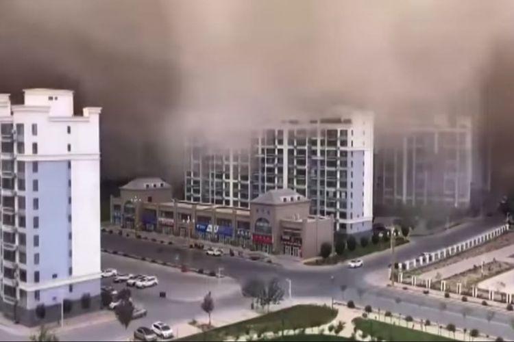 Badai pasir di China setinggi 100 meter menghantam gedung bertingkat. [SS/YOUTUBE/THE GUARDIAN]