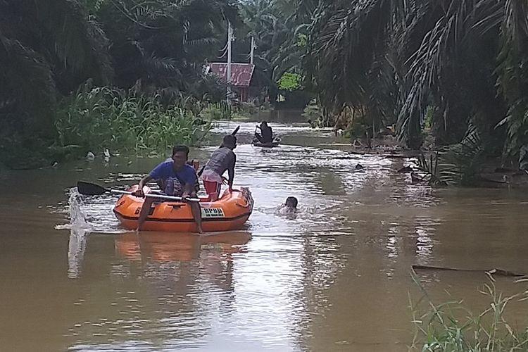 Sejumlah warga korban banjir beraktivitas menggunakan perahu fiber milik BPBD Rohul yang disediakan di lokasi banjir di Desa Sontang, Kecamatan Bonai Darussalam, Kabupaten Rohul, Riau, Minggu (1/12/2019).