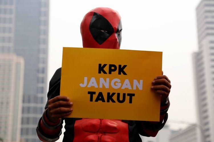 Sejumlah orang dari Koalisi Save KPK mengenakan kostum super hero saat menggelar aksi dukungan kepada KPK di Bundaran Hotel Indonesia, Jakarta, Minggu (16/4/2017). Koalisi Save KPK mengecam segala bentuk pelemahan dan intimidasi kepada KPK serta terus mendukung kerja pemberantasan korupsi.