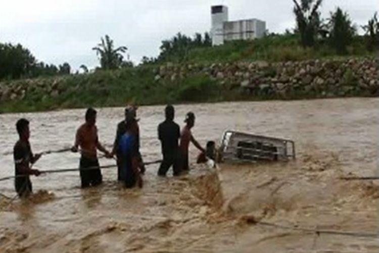 Lantaran terseret banjir bah warga Mamuju tengah panik menyelamatkan mobil  mereka yang terseret luapan arus sungai Salubiro Mmauju tengah sulawesi barat, Jumat sore (8/12/2017) kemarin.