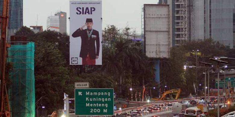Baliho bergambar Agus Harimurti Yudhoyono (AHY) tengah berpose hormat berada di Jalan Gatot Subroto, Jakarta Selatan, Jumat (27/7/2018).