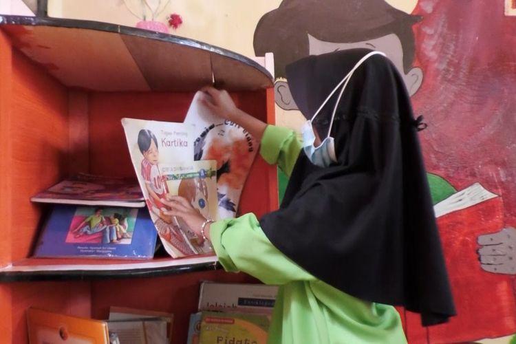 Ilustrasi perpustakaan sekolah. Perpustakaan sekolah memegang peran penting sebagai jantungnya ilmu pengetahuan di sekolah.