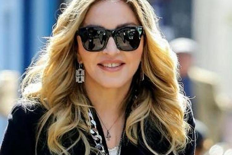 Madonna memakai item fesyen berupa salib