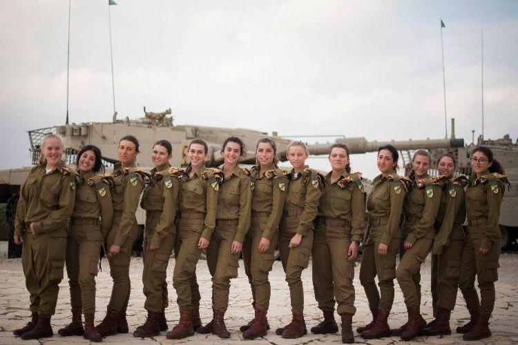 Israel belum lama ini membentuk satuan operator tank yang beranggotakan 13 tentara perempuan.