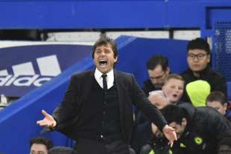 Manajer Chelsea, Antonio Conte, memberikan instruksi kepada para pemainnya dalam laga Premier League kontra AFC Bournemouth, di Stadion Stamford Bridge, Senin (26/12/2016).
