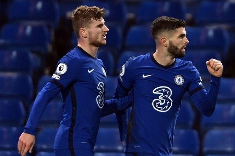 Penyerang Chelsea, Timo Werner dan Christian Pulisic, merayakan gol ke gawang Leeds pada lanjutan laga Liga Inggris, Minggu  (6/12/2020) dini hari WIB.