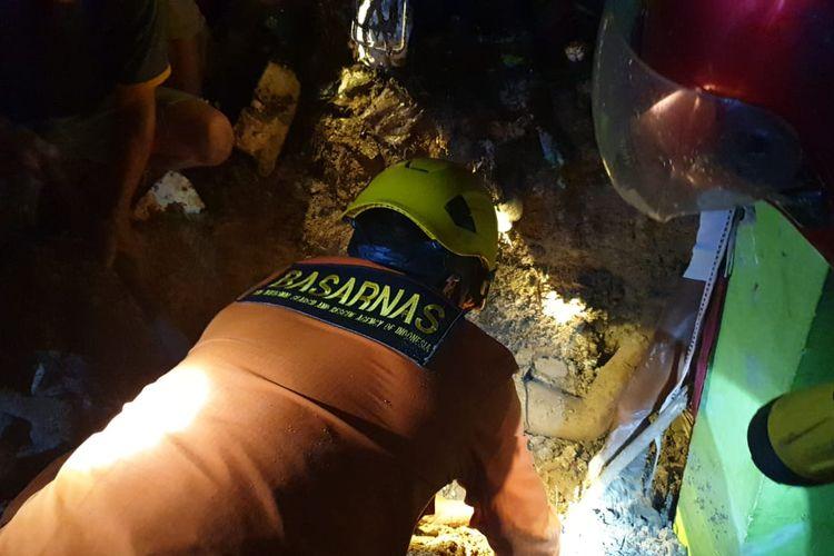 Operasi penyelamatan korban longsor oleh Tim SAR Tarakan di rt 17 Intraca Rawa Tarakan, 4 korban meninggal 4 selamat (Amir kepala kantor BASARNAS Tarakan)
