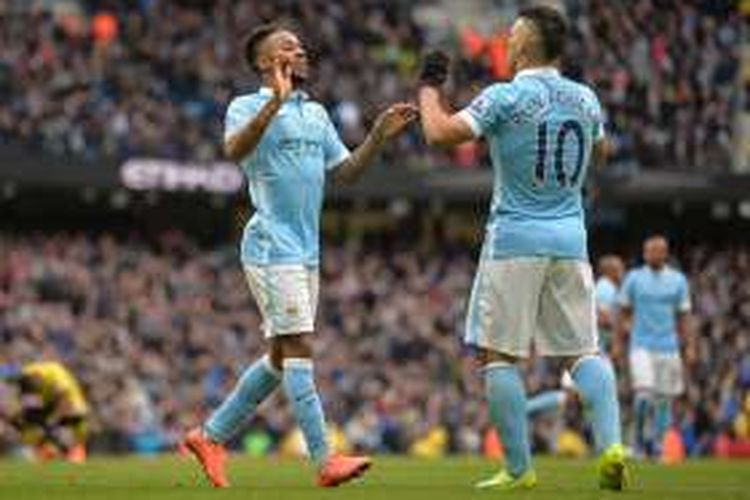 Raheem Sterling (kiri) dan Sergio Aguero merayakan gol Manchester City ke gawang Aston Villa pada lanjutan Premier League di Stadion Etihad, 5 Maret 2016.
