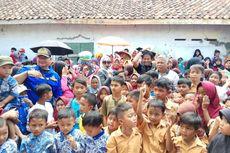 Siswa SD Korban Longsor Tasikmalaya Dihibur Pedangdut hingga Badut