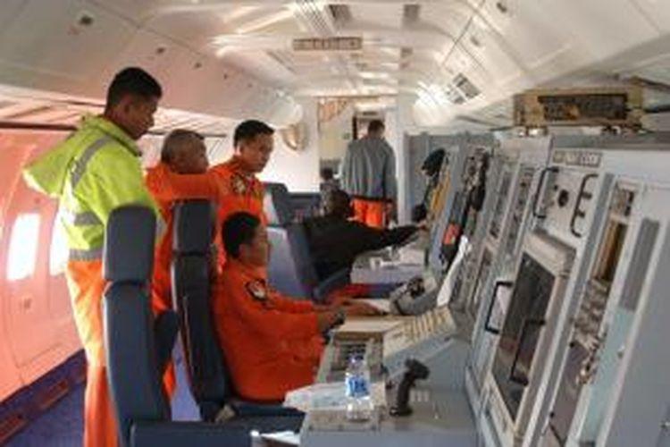 Foto yang dirilis Angkatan Udara Indonesia ini menampilkan para personel AU Indonesia di sebuah pesawat pengintai melakukan pencarian Malaysia Airlines yang hilang di sekitar Selat Malaka.
